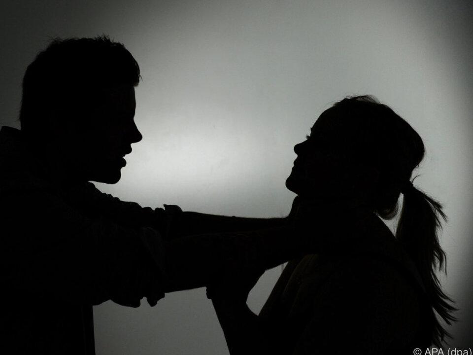 Nur 49 Prozent halten sexuelle Gewalt gegen den Partner für falsch