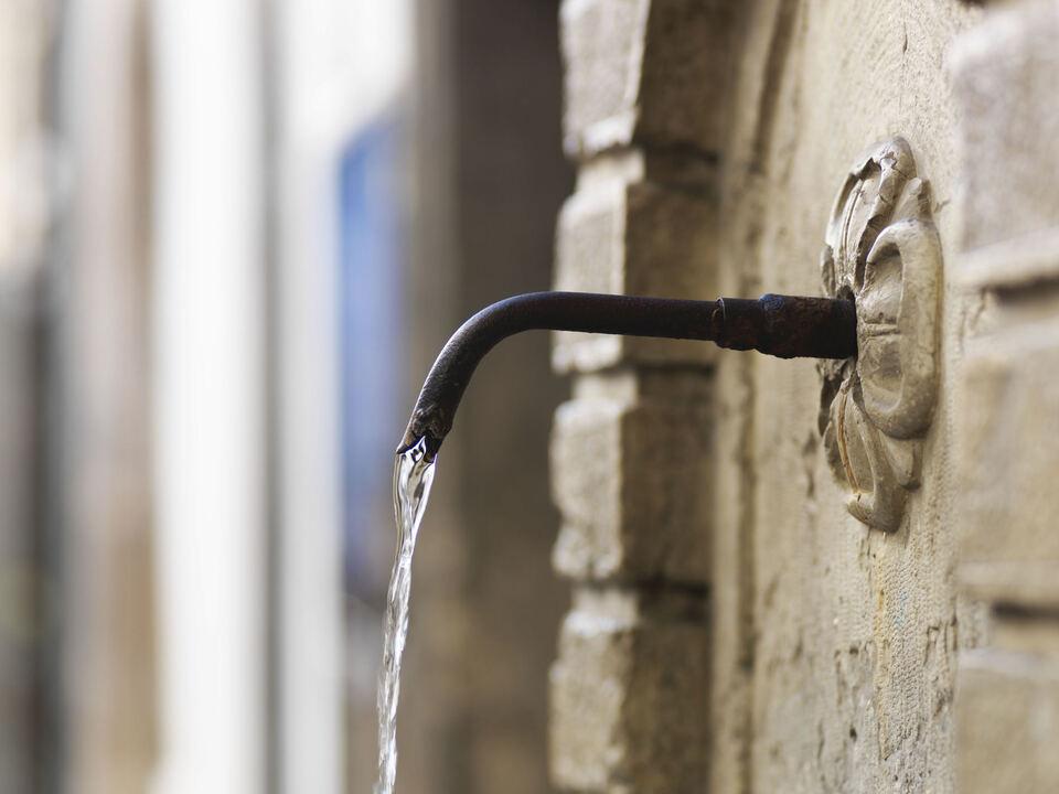 Brunnen Wasser