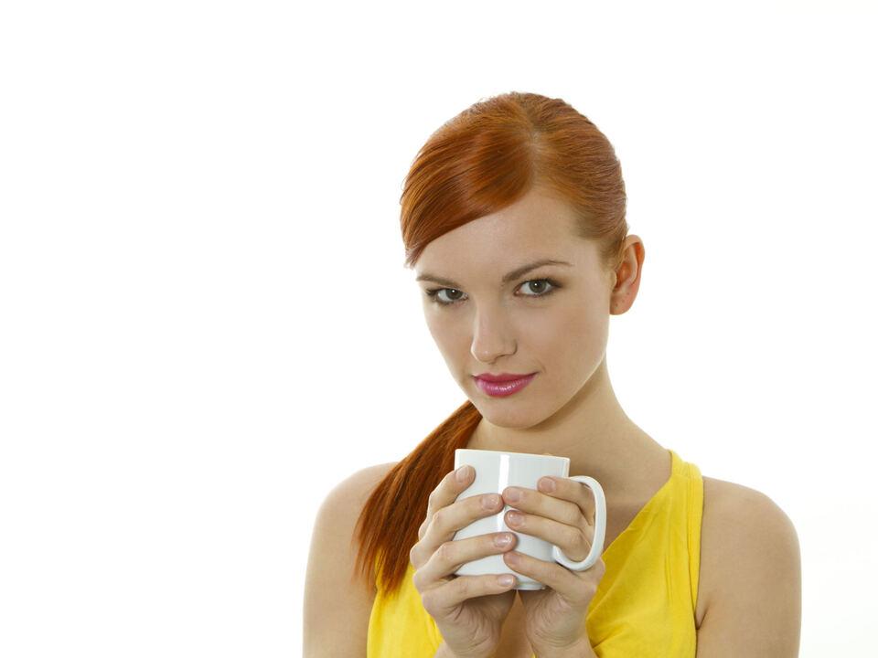 Junge Frau trinkt Kaffee (Modellfreigabe) tee frau genuss