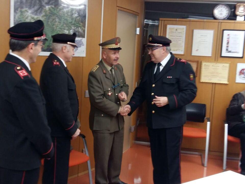 Die drei Kommandanten der Freiwilligen Feuerwehren von Bozen bedankten sich bei Kommandant Preyer