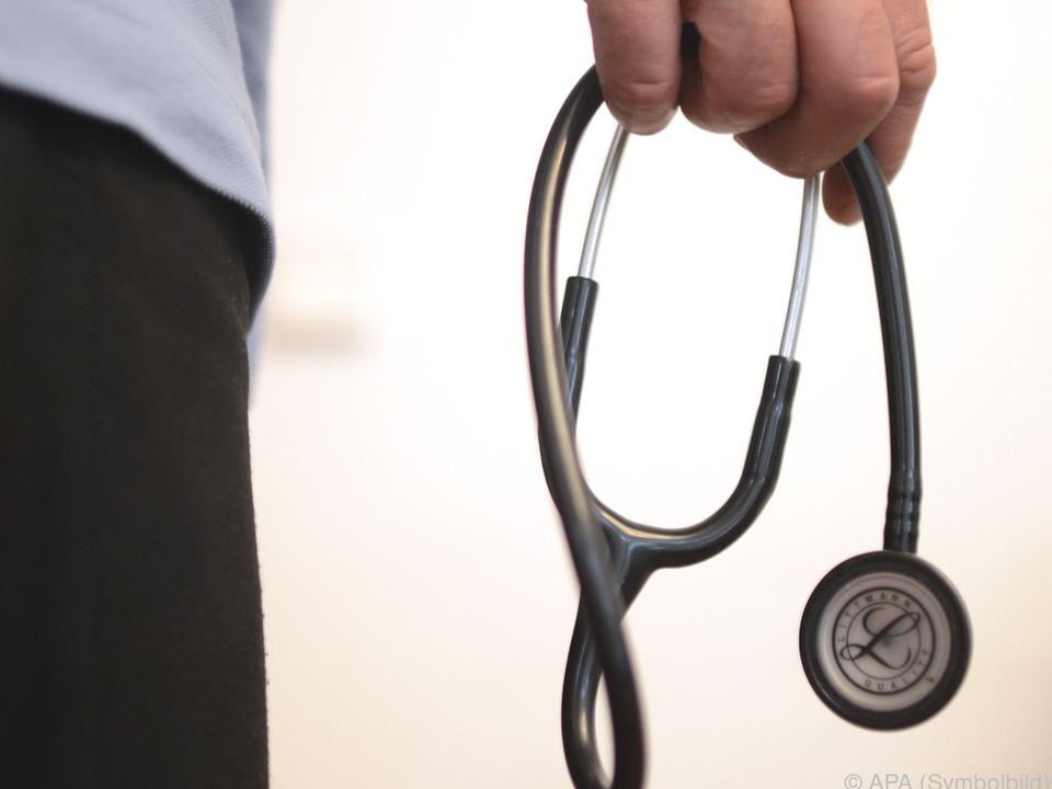 Ärzte hängen Stethoskop kurze Zeit an den Nagel