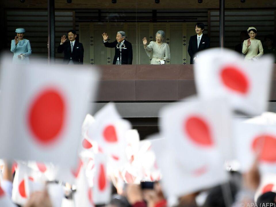 Das japanische Kaiserpaar winkt den \
