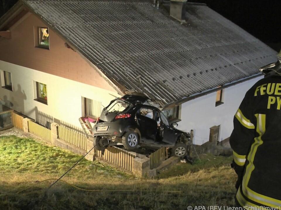 Die Dachecke durchschlug Windschutzscheibe und Autodach