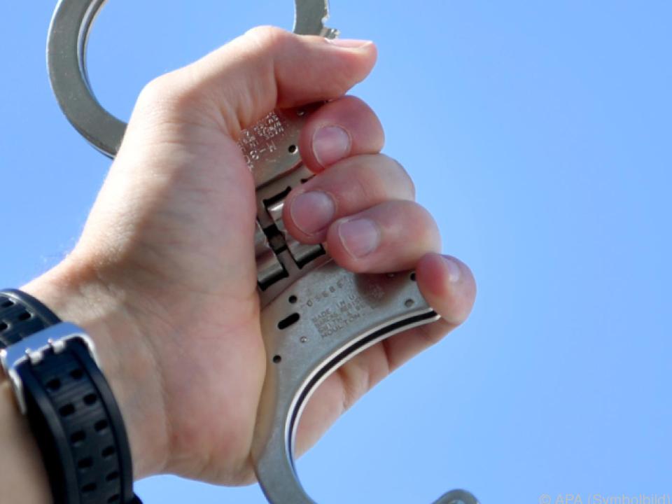 Die restlichen sechs Angeklagten bleiben in Haft polizei handschellen
