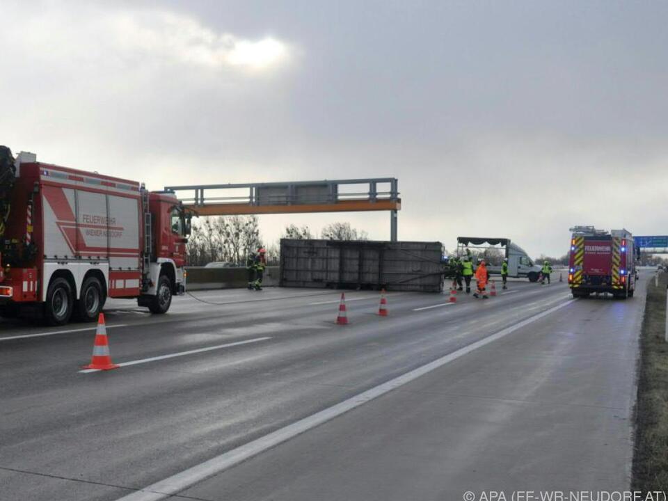 Ein Lkw-Anhänger kippte auf der A2  bei Wiener Neudorf um