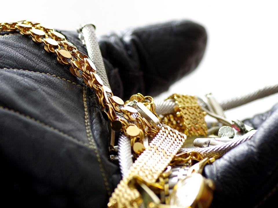 dieb schmuck gold Einbrecher hlt Diebesgut in Hand mit Lederhandschuh