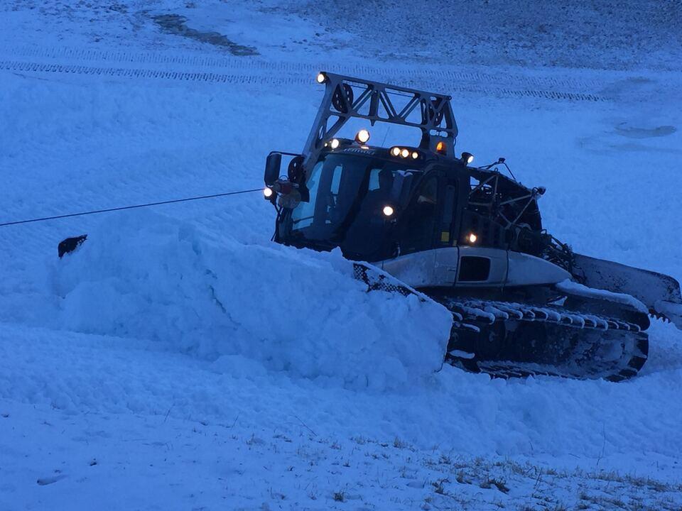 schneekatze pistenraupe schnee kunstschnee
