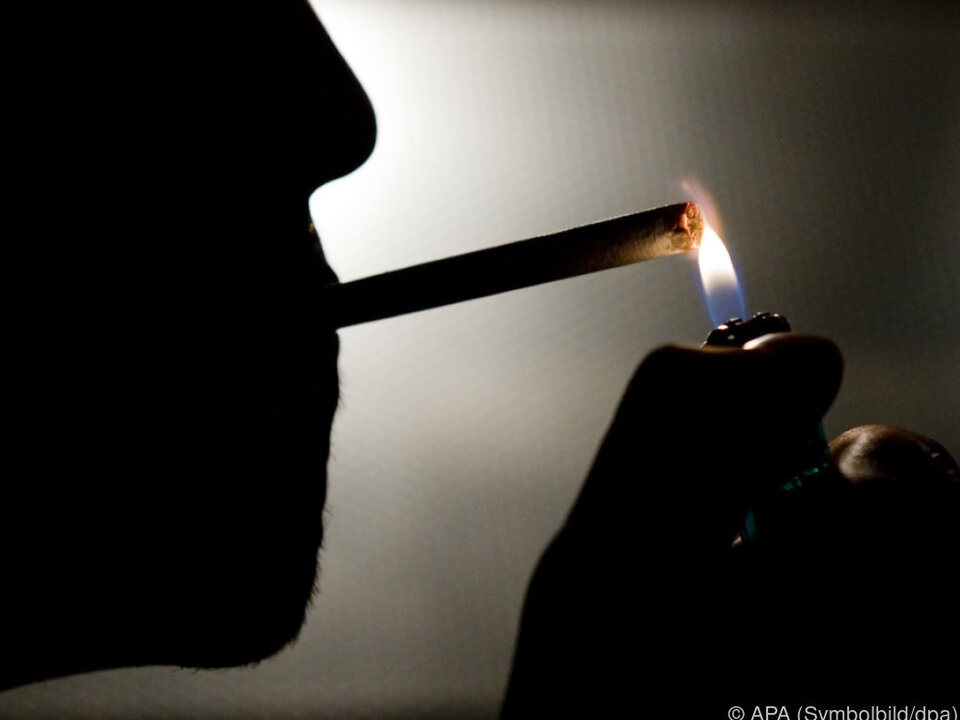 rauchen drogen haschisch Männer greifen häufiger zur Zigarette als Frauen