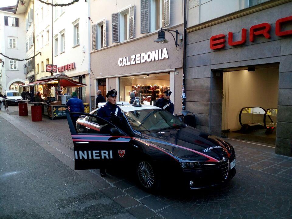 pattuglia dei carabinieri dei Bolzano in via museo (1)