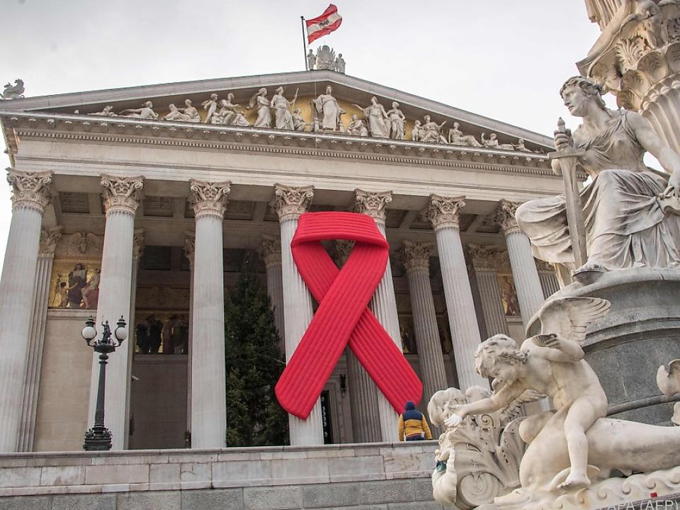 Red Ribbon auf dem Parlament anlässlich des Welt-Aids-Tages