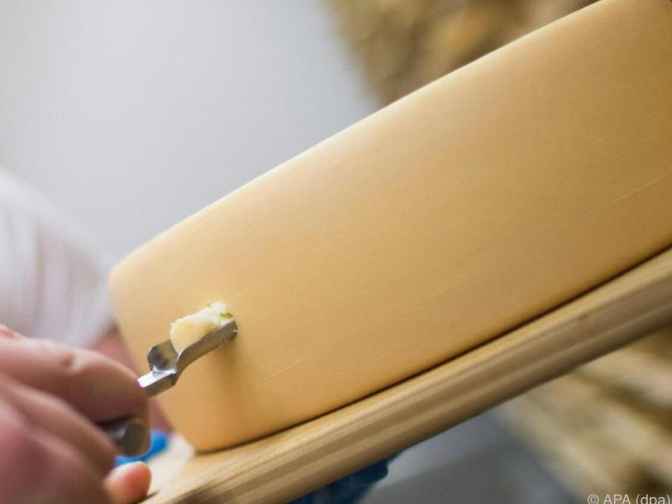 Gehäuse der Uhr aus Schweizer Käse gefertigt