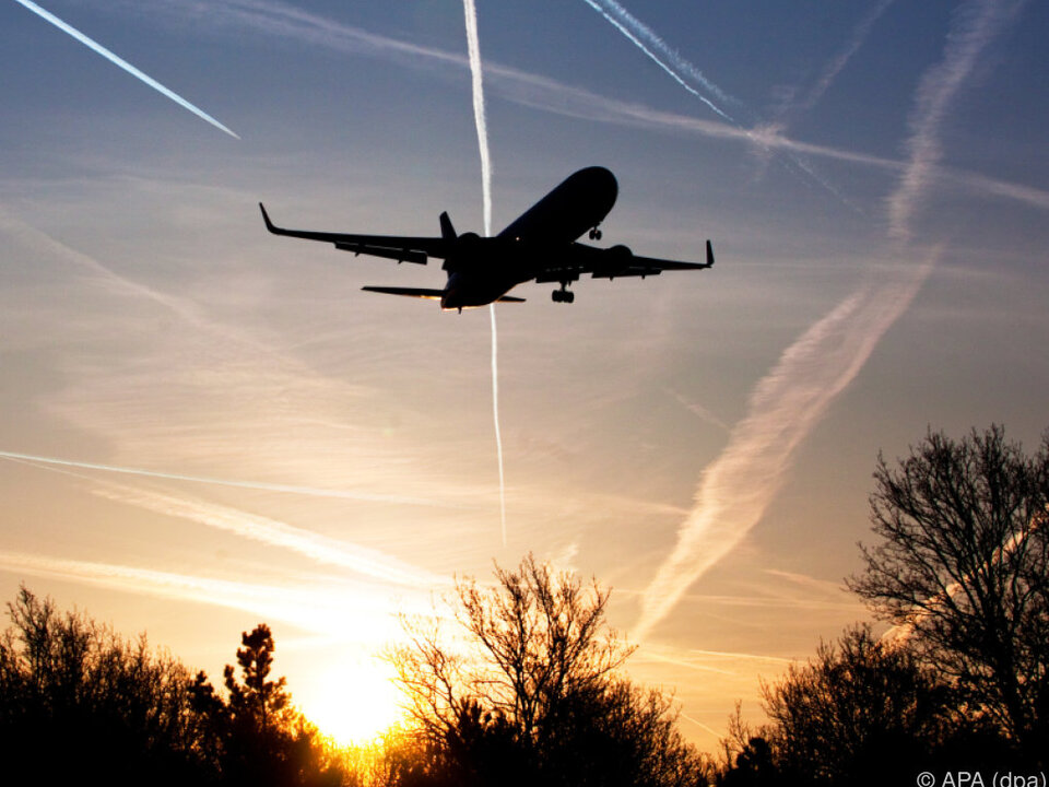 In den Reisebüros ist bereits der Sommer ausgebrochen flugzeug urlaub