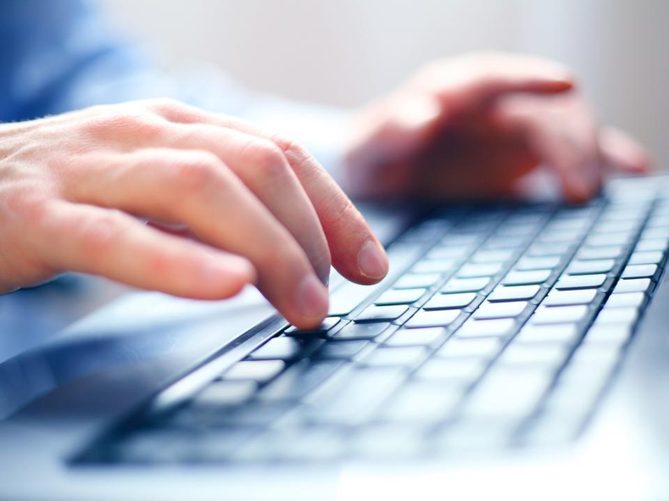 Computer PC Tastatur Eintragung Online-Vergabeportal (c) shutterstock