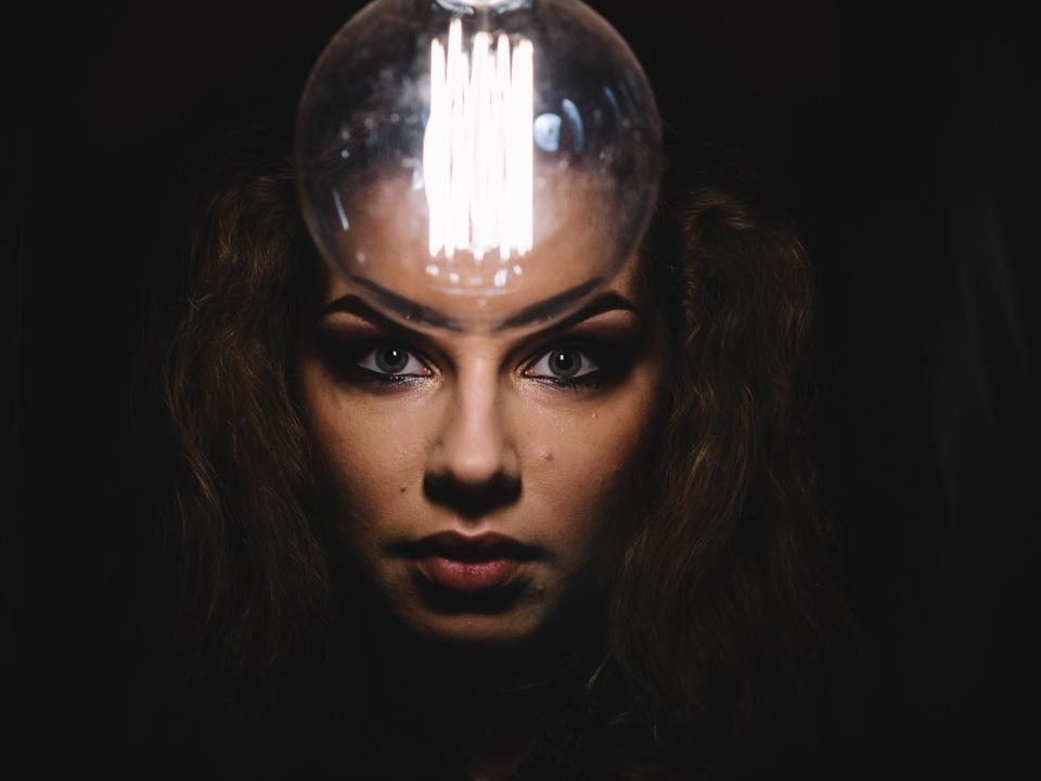 blick frau magie hexe glaskugel esoterik zauber glühbirne