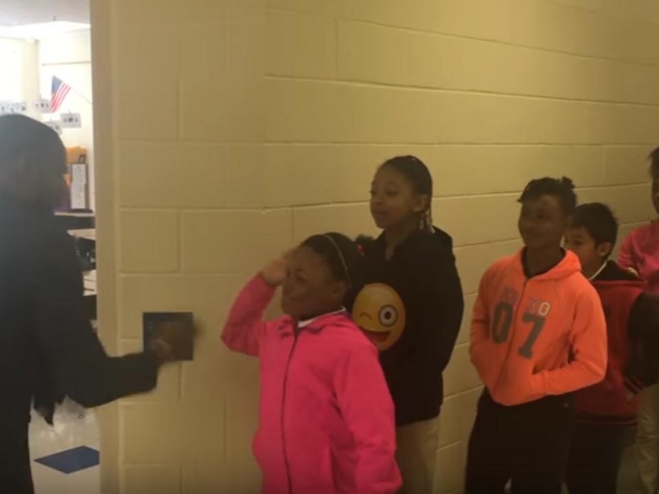 Barry White Jr. hat für jeden Schüler einen individuellen Handschlag