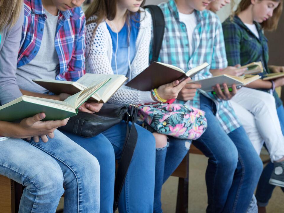Jugendliche lesen Buch
