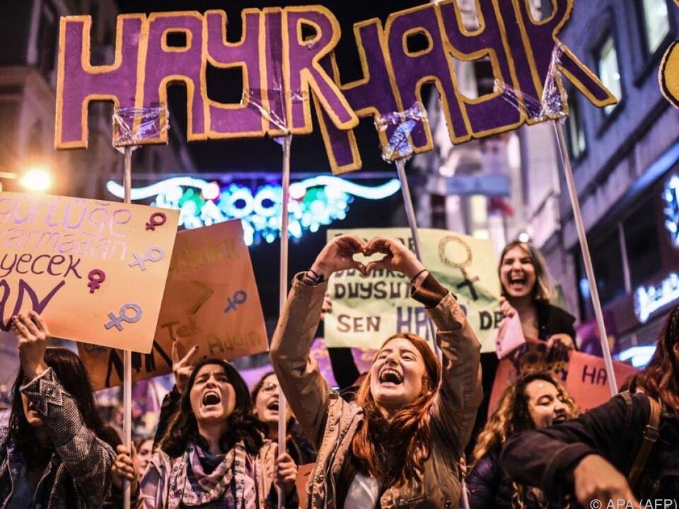 10.000 Frauen demonstrierten in Istanbul