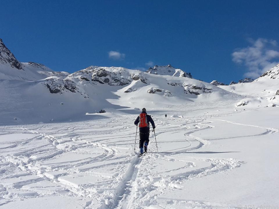2016 starben bei Skitouren insgesamt 24 Personen tourengehen ski symbol