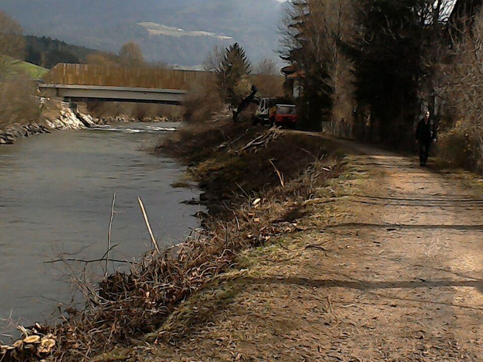 rienz Unterhalb der Peintner Brücke werden am Rienzdamm bei St. Lorenzen Hochwasserschutzmauern errichtet