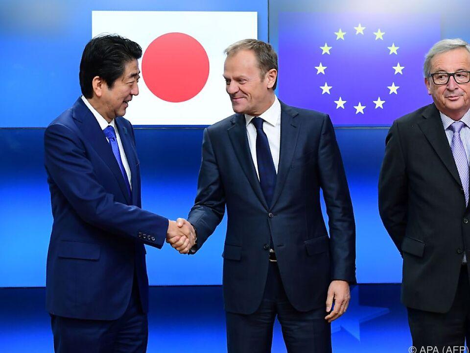 Abe und Tusk betonen Bedeutung von offenem Handel