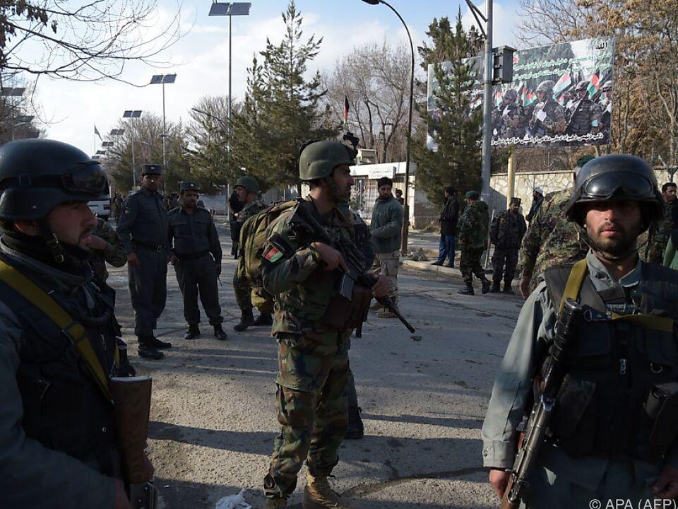 Afghanische Truppen vor dem Militärspital