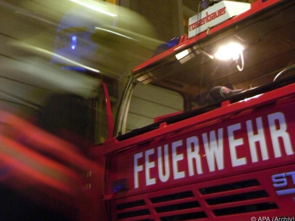 Feuerwehr leer war mit sechs Einsatzfahrzeugen am Brandort
