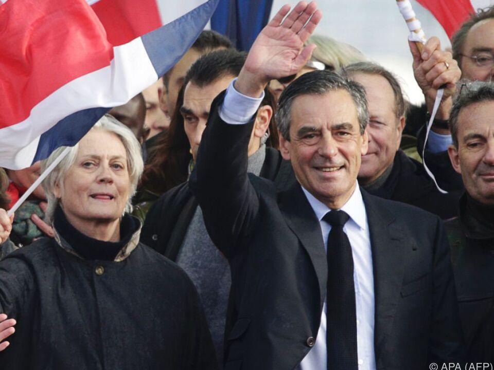 Fillon winkt seinen Anhängern, an seiner Seite seine Frau