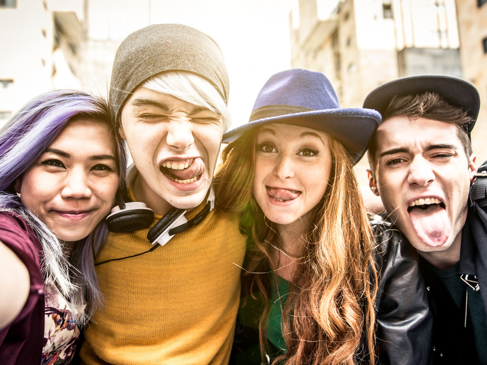 teenager jugend frech lachen lustig schule schüler feiern party