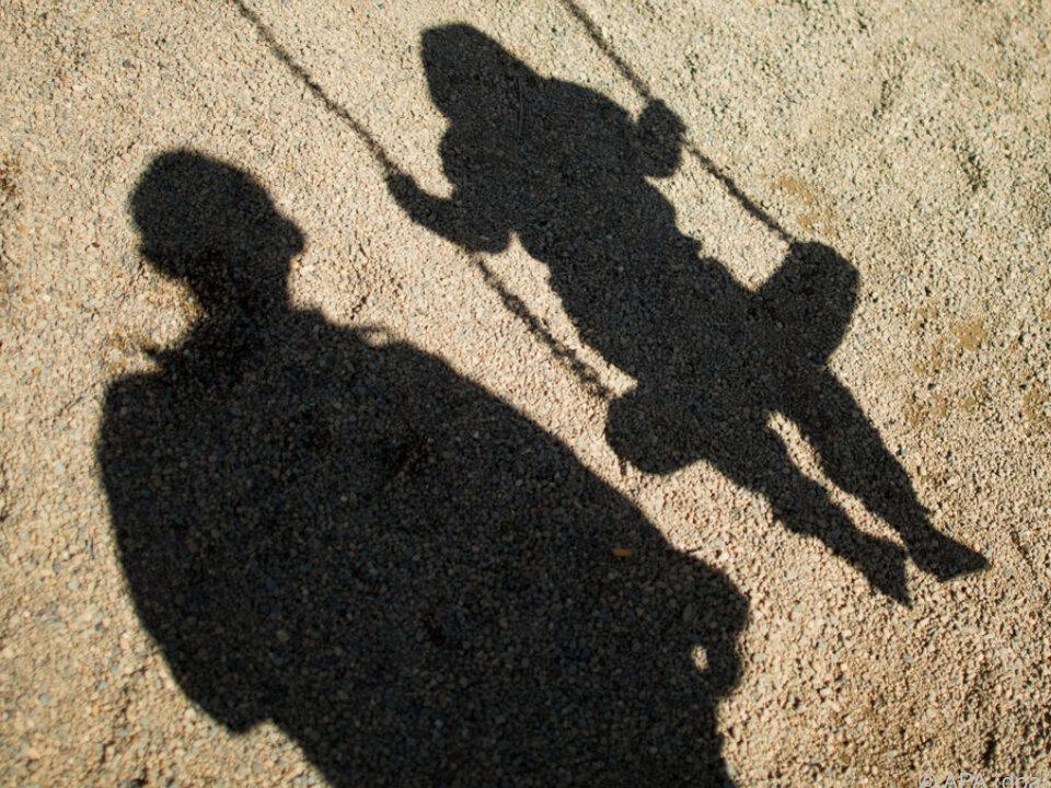 Für manche Familien ergeben sich finanzielle Nachteile kinder spielen