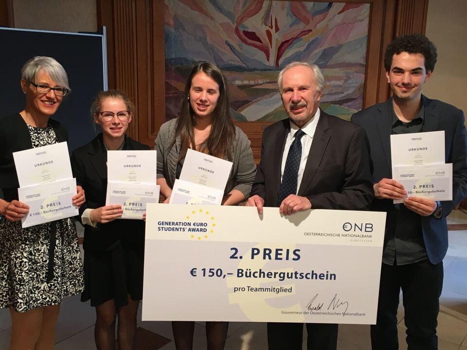 OeNB Gouverneur Ewald Nowotny mit Team der WFO Auer beim Schülerwettbewerb