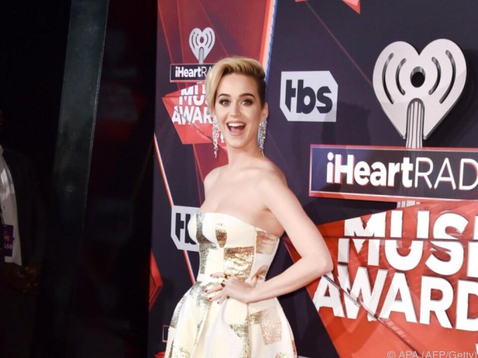 Katy Perry mit Essensresten zwischen den Zähnen am roten Teppich