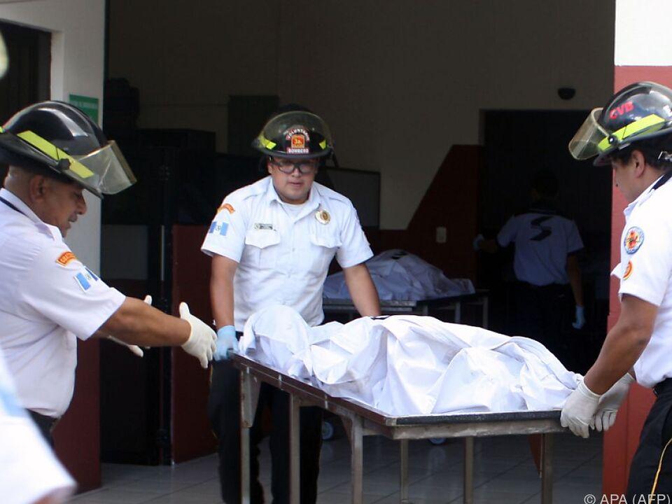 Rettungskräfte bergen die Toten