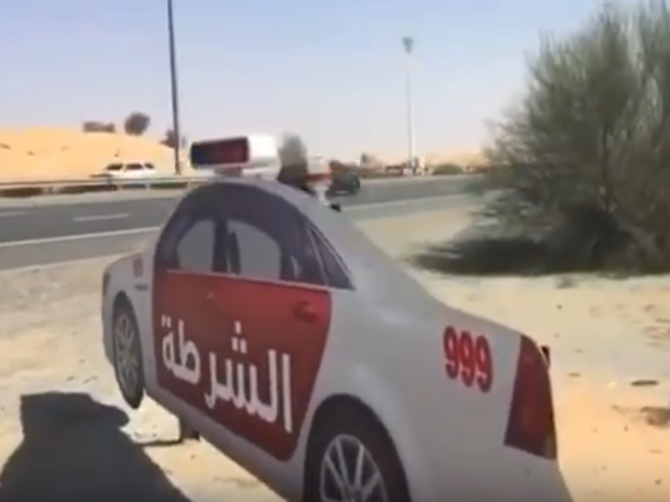 Karton-Polizeiauto in Dubai