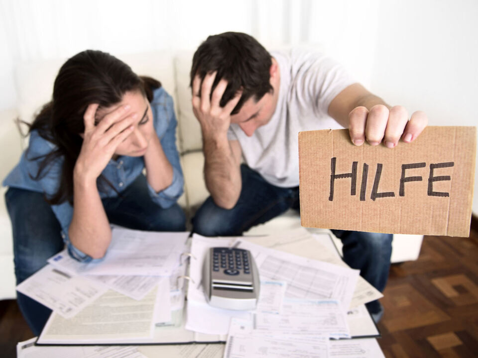 rechnungen hilfe verzweiflung schulden hilfe uberschuldungsstelle-c-shutterstock von hk erhalten