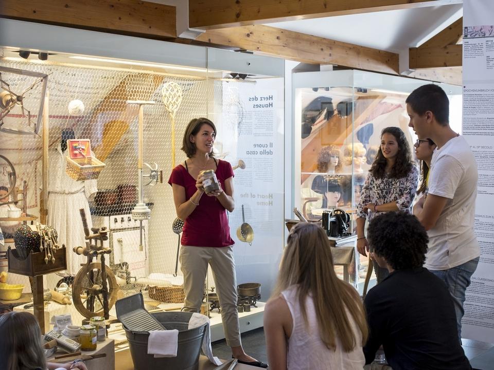 Jugendliche im Frauenmuseum Meran
