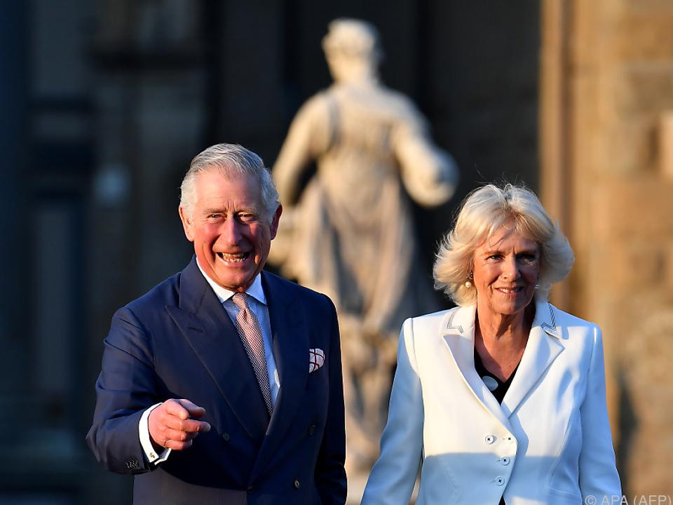 Der britische Thronfolger Prinz Charles (l) und seine Frau Herzogin Camilla