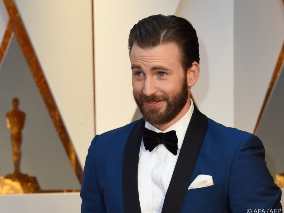 Chris Evans steht in \