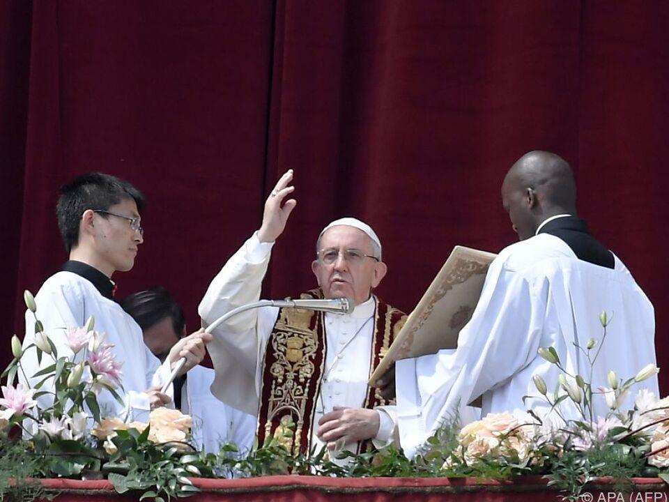 Der Papst sprach den traditionellen Segen vom Balkon aus