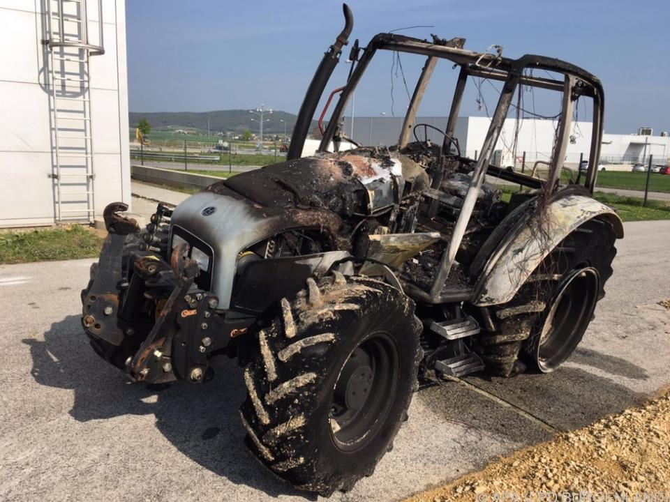 Der Traktor brannte komplett aus