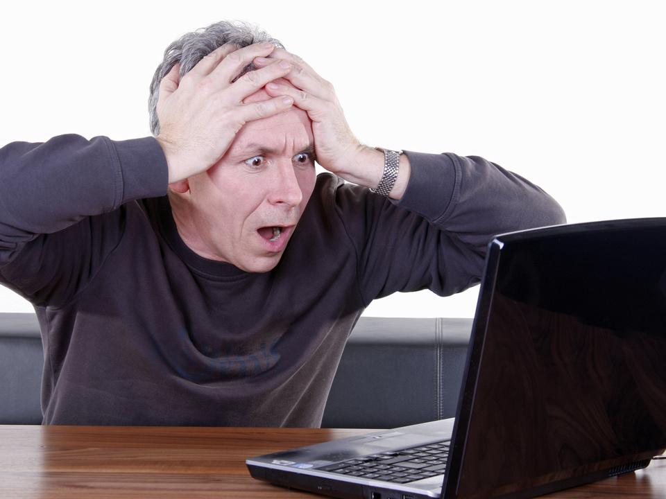 Computer laptop internet schock schreck ärger sym internet verzweifelt job