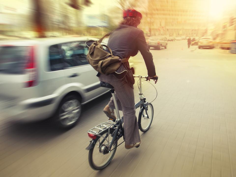 radfahrer fahrrad auto verkehr stadt sym radfahrer