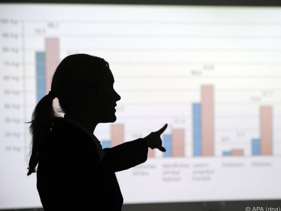 Frauen verdienen auch in Top-Positionen deutlich weniger job frau büro