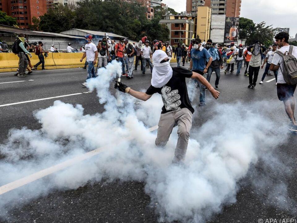 Heftige Auseinandersetzungen zwischen Polizei und Demonstranten