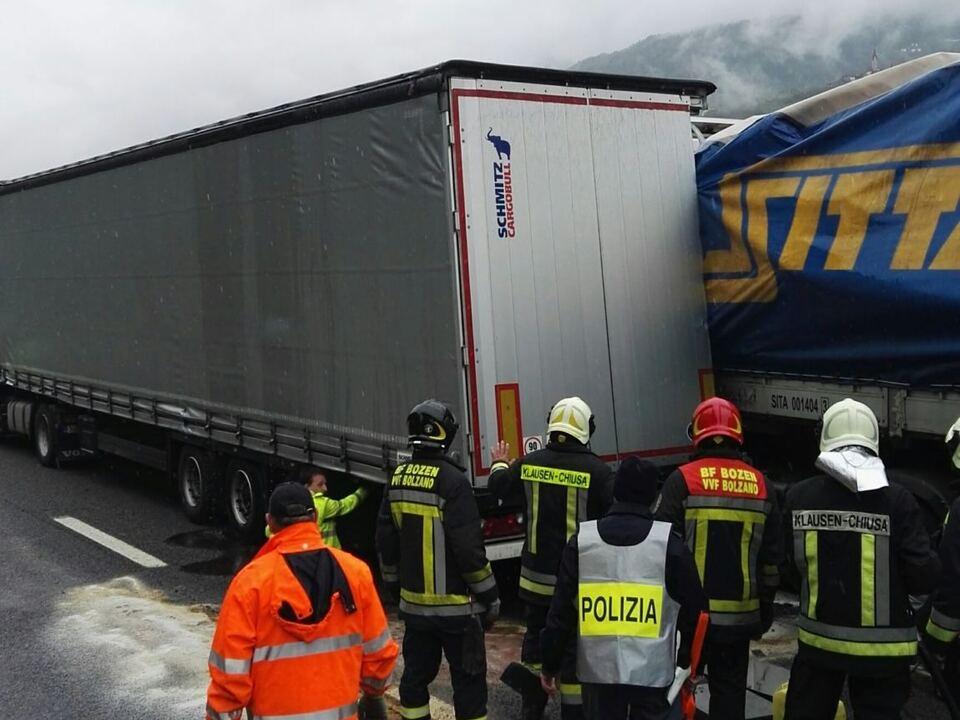 A22 unfall LkwFreiwillige Feuerwehr Klausen