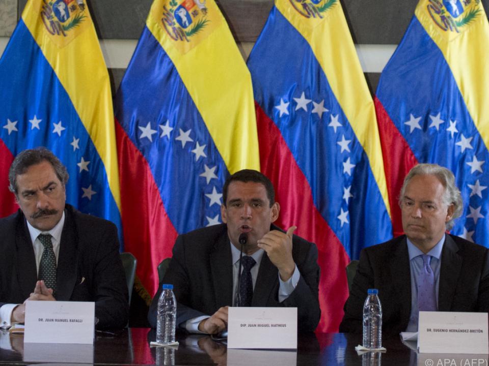 Juan Miguel Matheus (Mitte) sprach von einem Staatsstreich
