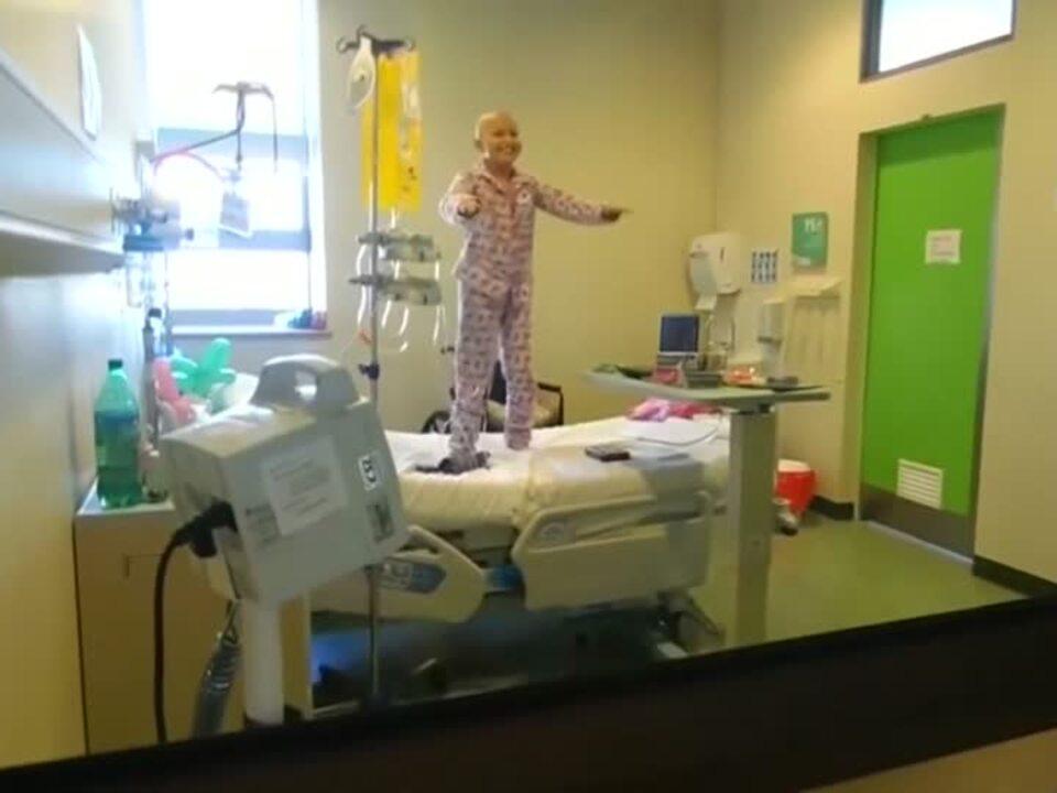 Krebspatientin tanzt fröhlich gegen Krankheit an