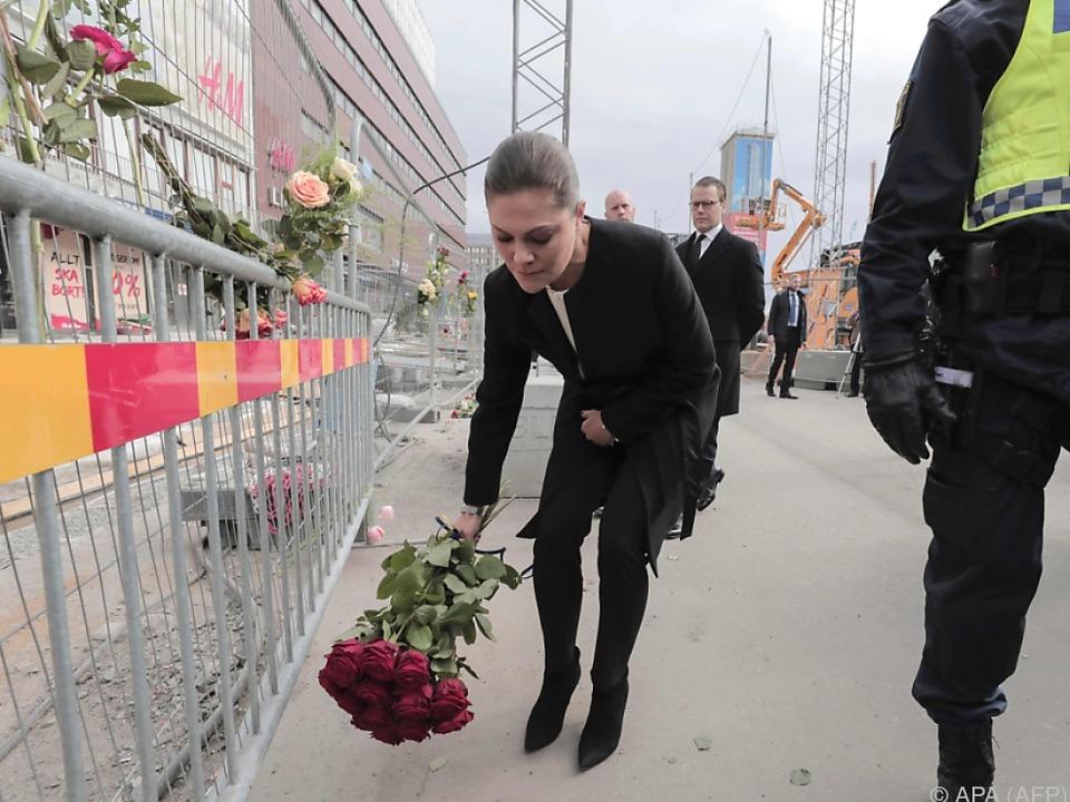 Kronprinzessin Victoria legt rote Rosen nieder