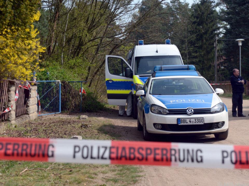 Polizeiauto vor dem Tatort in Borkheide