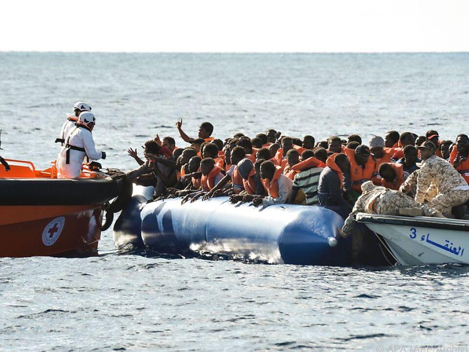 Tausende Menschen wurden von Schlauchbooten geholt
