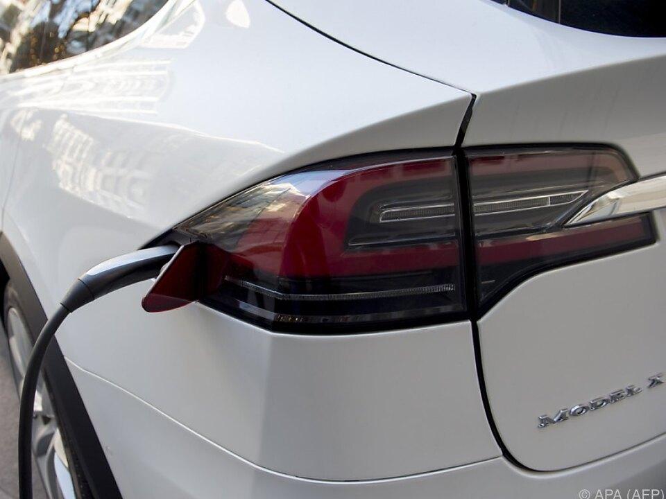 Tesla-Elektroautos heiß begehrt